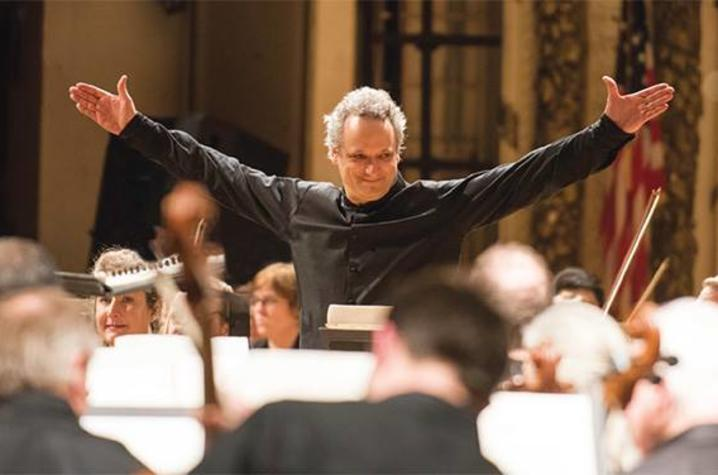 photo of conductor of Cincinnati Symphony Orchestra before orchestra