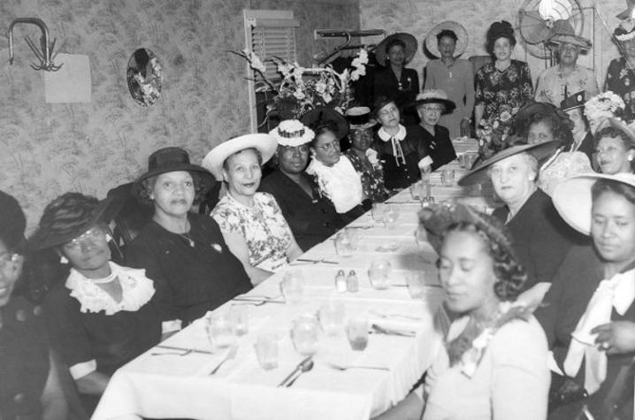 1947 black and white photo of the members of the City Federation of Frankfort seated and standing around dining table