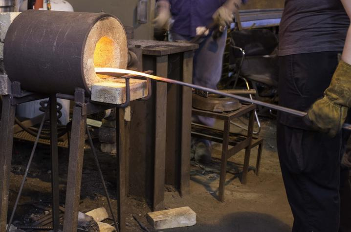 photo of metalworking class at UK Fine Arts Institute