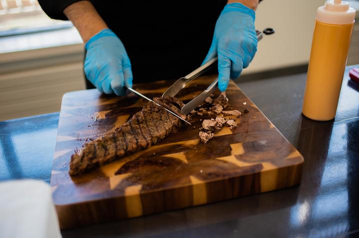 Food organizer cuts steak on cutting board