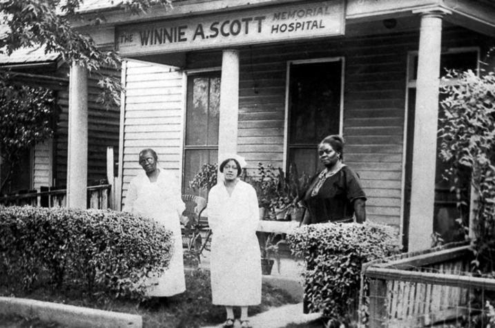 1915 photo of 2 women with Winnie A. Scott in front of Winnie A. Scott Hospital in Frankfort