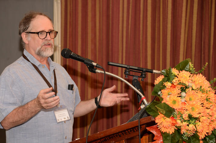 Mark Whitaker leads a discussion of religion at Sri Lanka conference