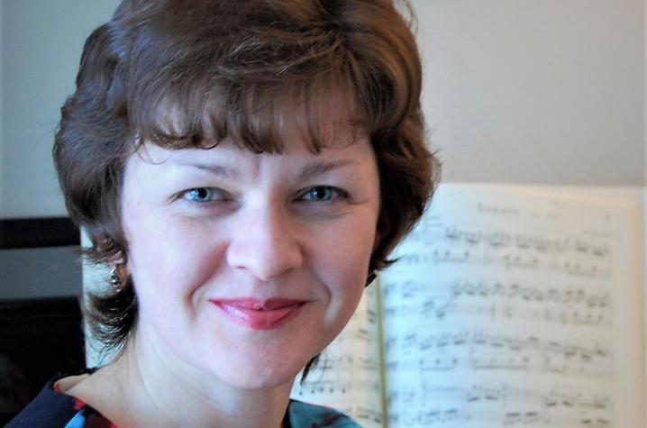 photo of Elena Dorozhkina seated at piano
