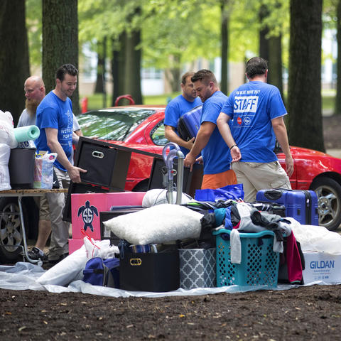 Volunteers Helping with UK Move-In 2017