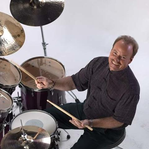 photo of Steve Houghton playing drums