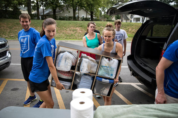 Student Volunteers Help with UK Move-In 2017