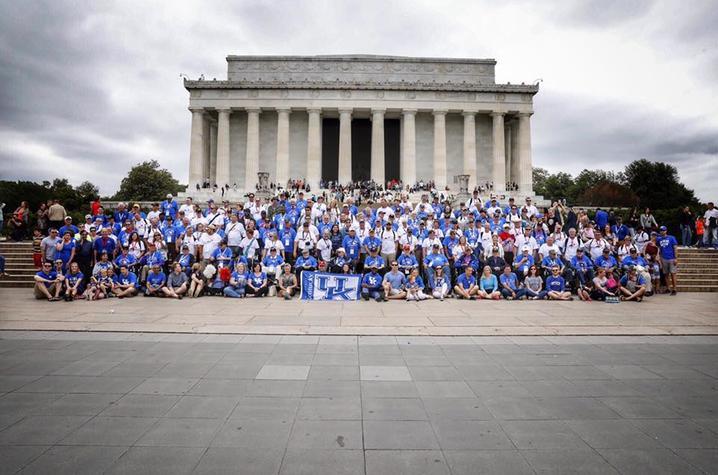 Photo of UK Honor Flight veterans, guardians & UK Alumni and friends at the Lincoln Memorial