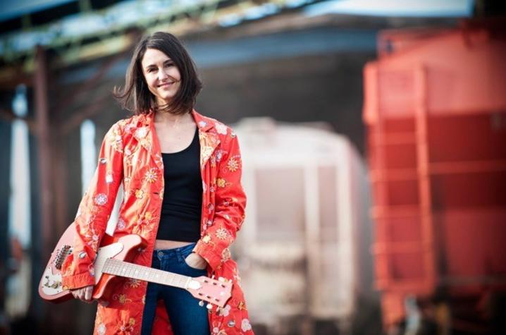 photo of Martha Bassett with guitar