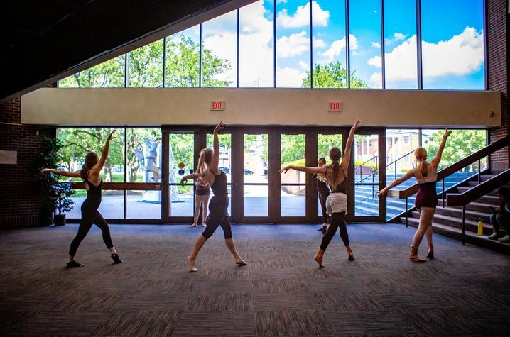 photo of 4 dancers and 2 instructors in 2019 GSA class in atrium of Singletary Center