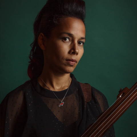 photo of Rhiannon Giddens with banjo